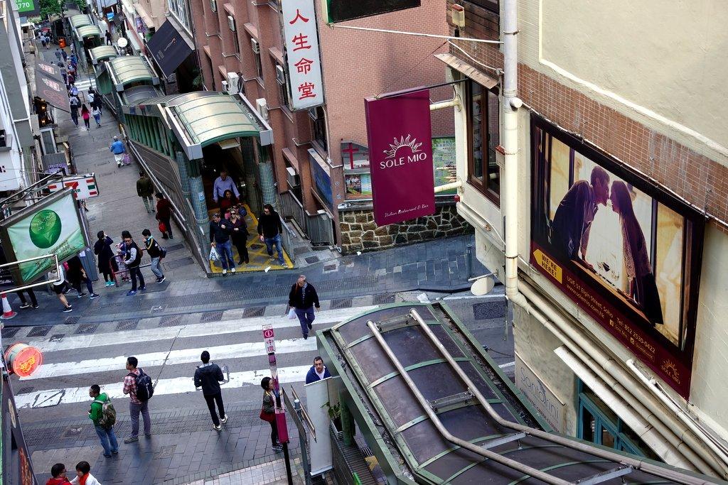 Загадка киоска среди эскалаторов Гонконга