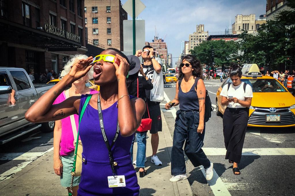 Конец света над Нью Йорком: город смотрит затмение
