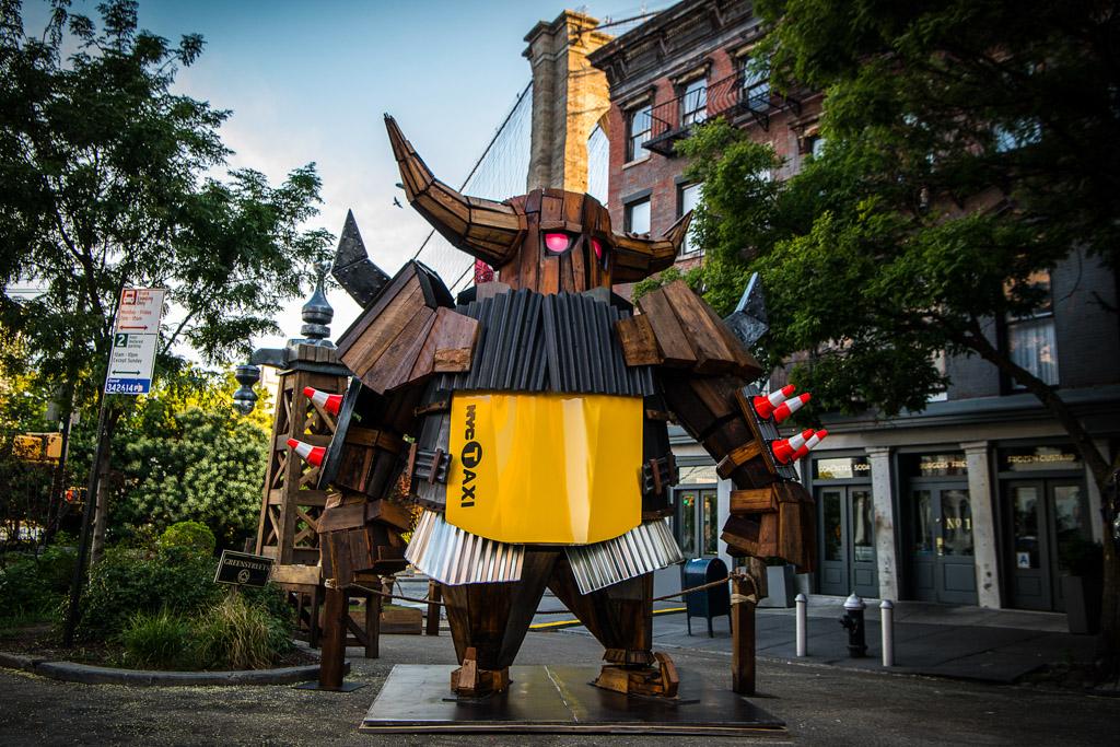 Робот-Рыцарь-Самурай в Нью Йорке
